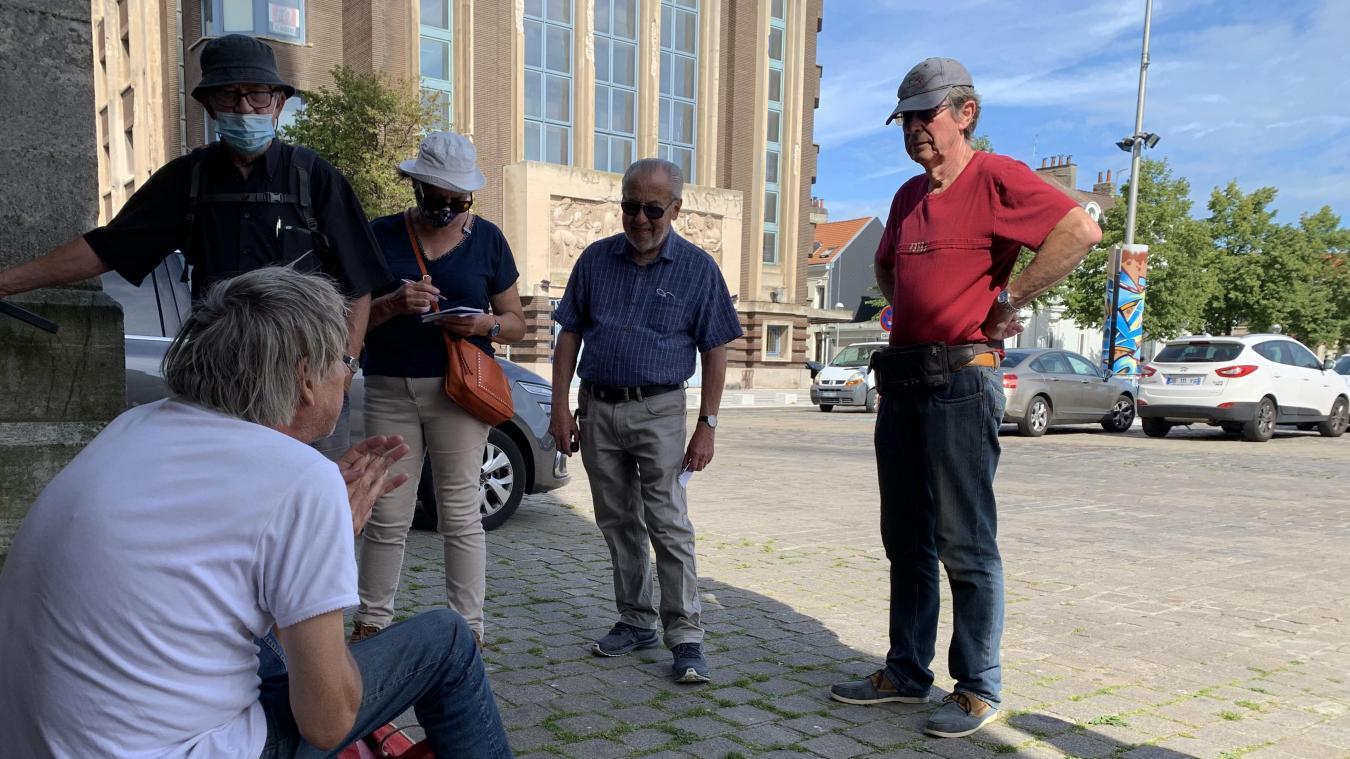 Les quatre participants à la balade d'hier ont découvert le parvis de l'église Saint-Pierre sous un tout autre jour.