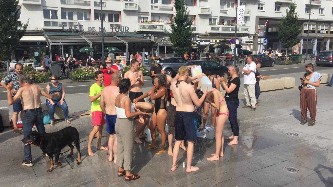 Parmi les 70 personnes présentes, une vingtaine ont symboliquement pris une douche place d'Armes.
