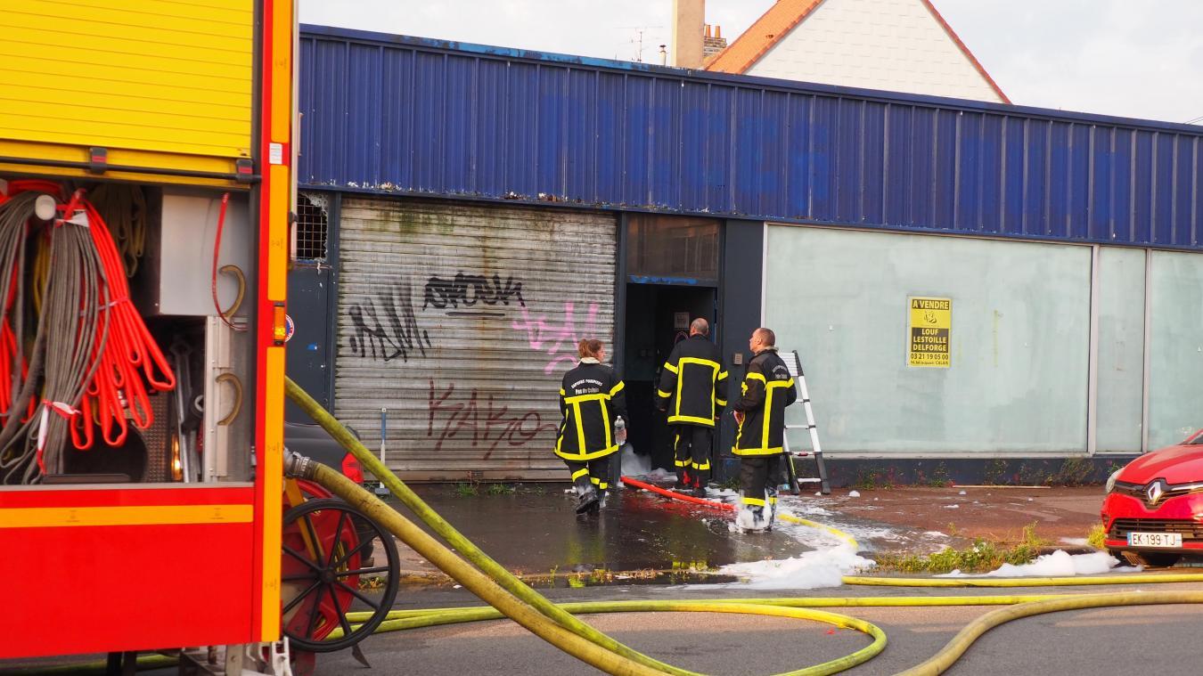 Le départ de feu provenant d'une voiture électrique, les pompiers ont du intervenir avec de la mousse.