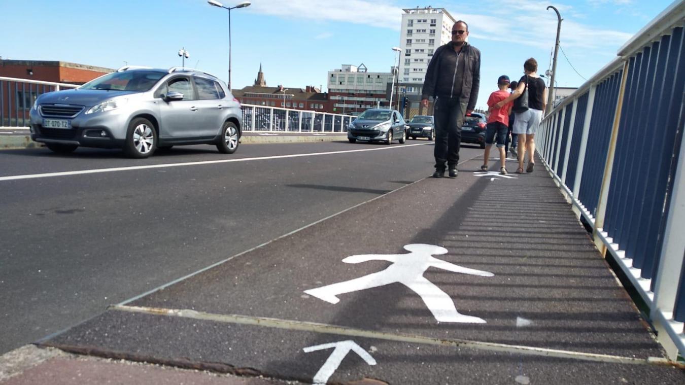 Un nouveau sens de circulation sur le pont Hénon a été mis en place, certains passants ne respectent pas encore l'agencement