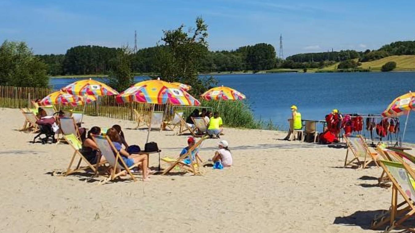 Au bord de l'eau du lac, les habitants s'y méprendraient presque avec un lac de montagne. L'année prochaine, un vértiable espace de baignade devrait être aménagé par la municipalité.
