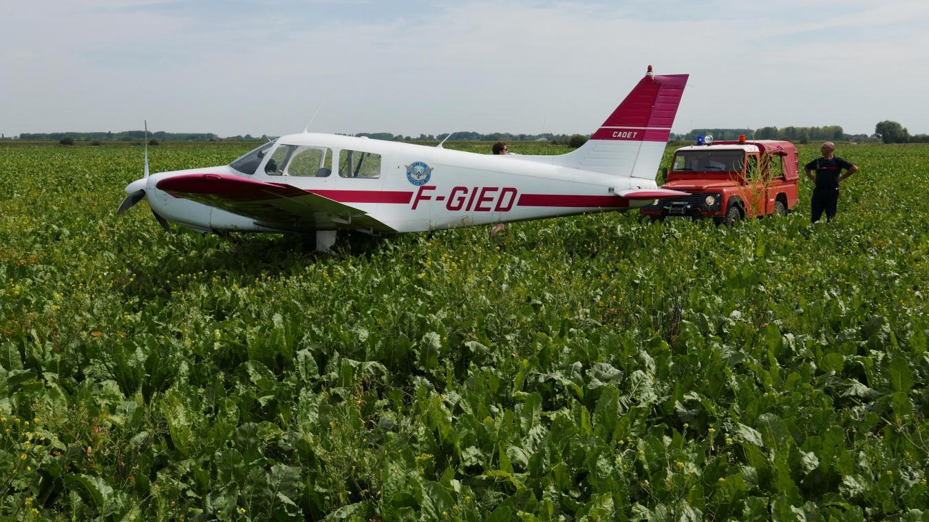 Suite à une avarie, l'avion a dû se poser en urgence dans un champ de betteraves entre Calonne-sur-la-Lys et Robecq.