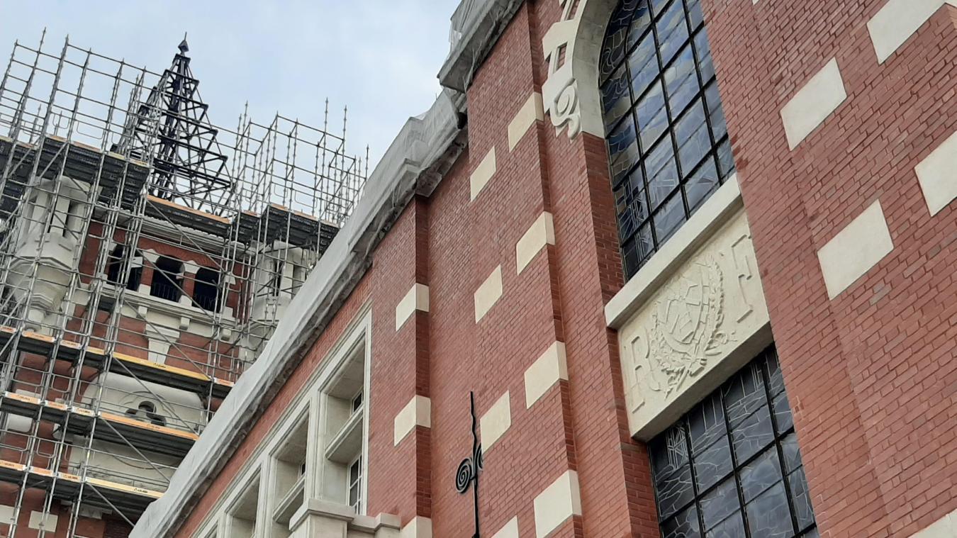 Le blason de la commune se trouve sur la façade de plusieurs bâtiments communaux, comme la mairie ou la poste.