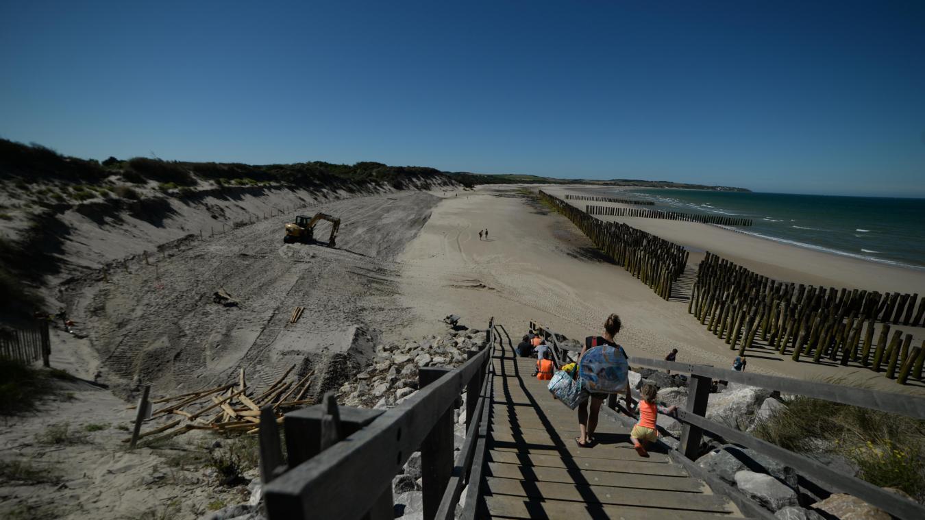 En début de semaine dernière, un apport de sable a été réalisé. Pieux et filets de coco ont été installés.