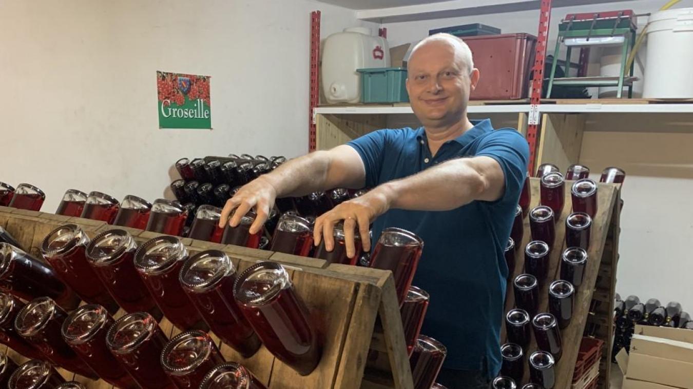 Comme les vignerons, Éric Matton place ses bouteilles sur des pupitres de remuage et les retourne d'un quart de tour chaque jour pour faire descendre le dépôt au fond du goulot.