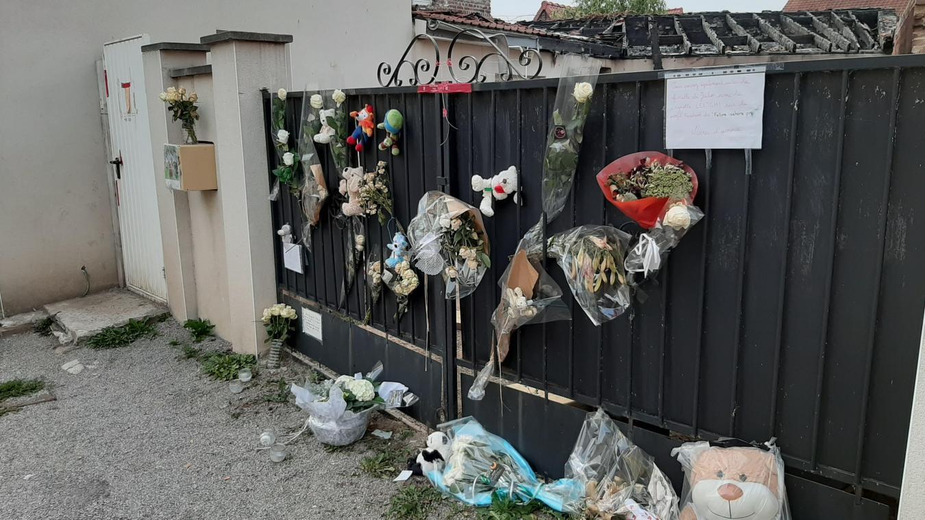 Au lendemain du drame, les habitants ont spontanément déposé des fleurs et des peluches en souvenir de l'enfant décédé.