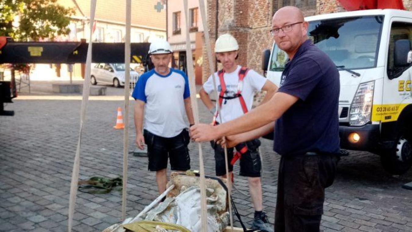 L'entreprise ECR a descendu la statue de l'évêque, vendredi 7 août, au petit matin.
