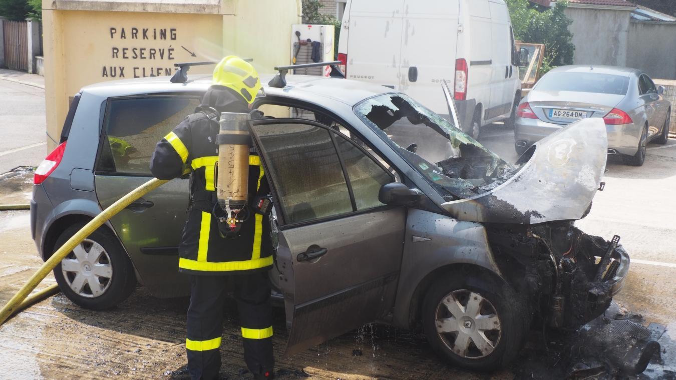 La voiture a été détruite, hier, en début d'après-midi.