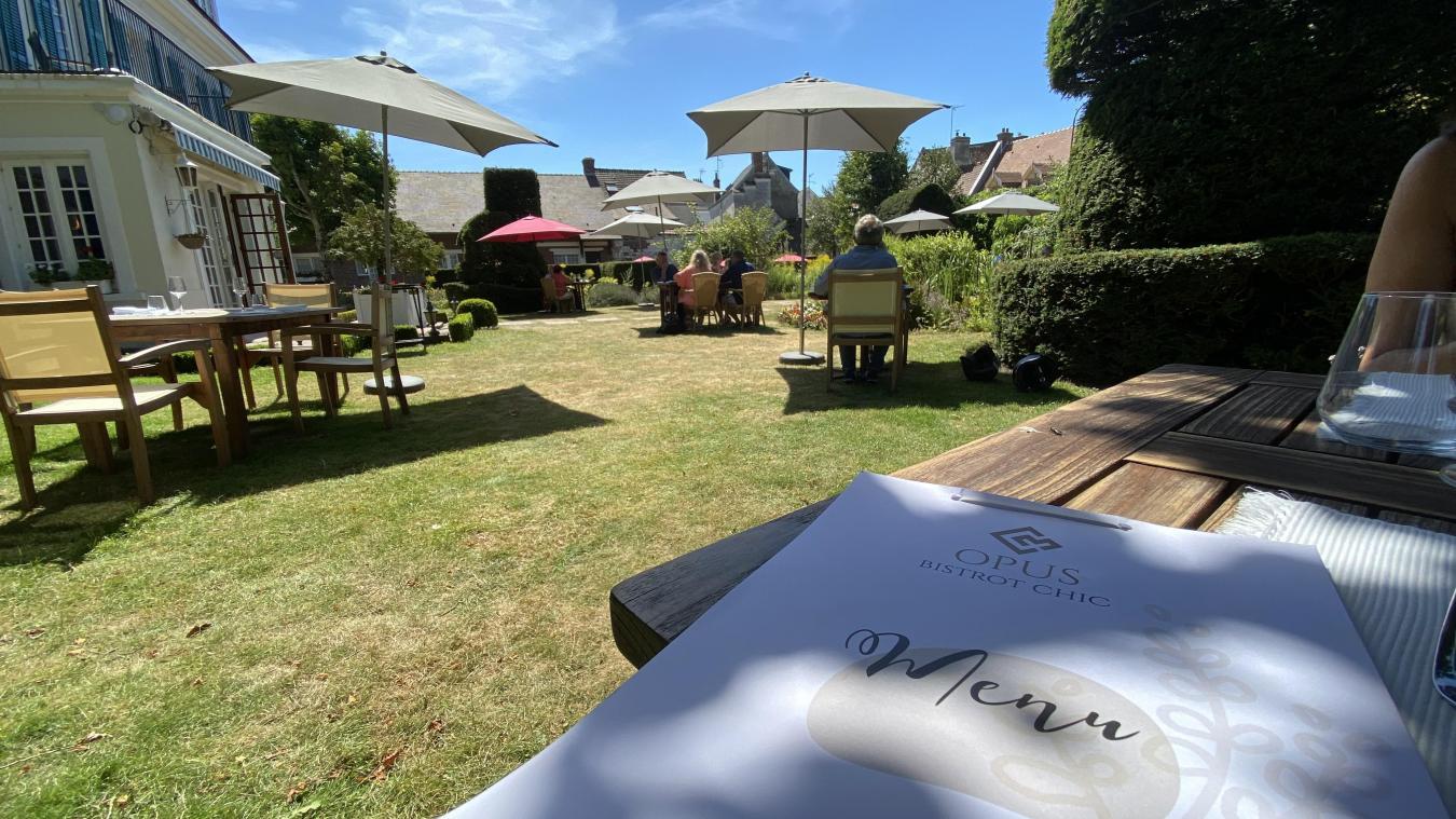 Manger dans le jardin extérieur du Château de Montreuil, c'est désormais possible !