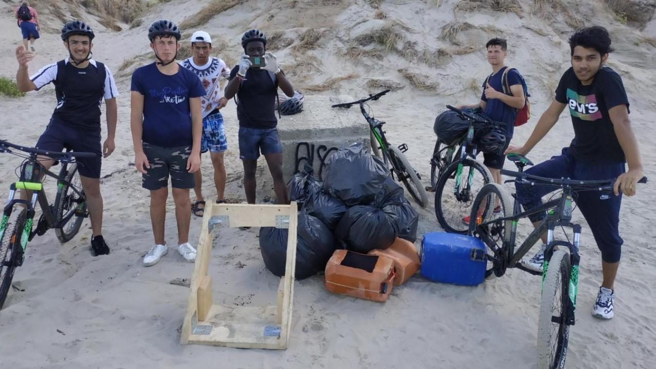 Les jeunes de la Savi à côté des déchets ramassés sur la plage entre Sainte-Cécile et le Mont Saint-Frieux.