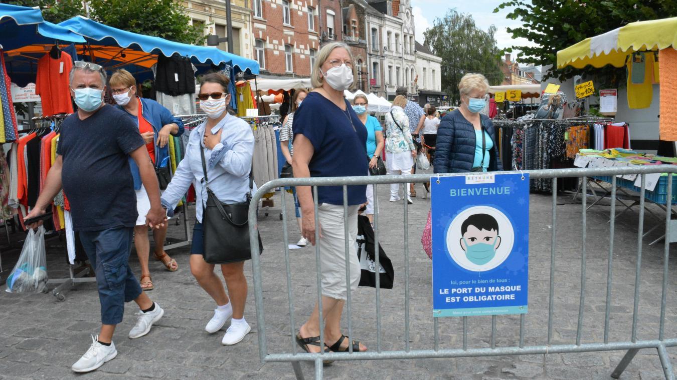 Le port du masque est obligatoire sur de nombreux marchés. Il pourrait s'étendre à la totalité de l'espace public.