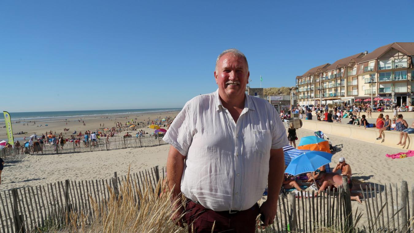 Gaston Callewaert, maire de Camiers-Sainte-Cécile-Saint-Gabriel, devant la plage de Sainte-Cécile.