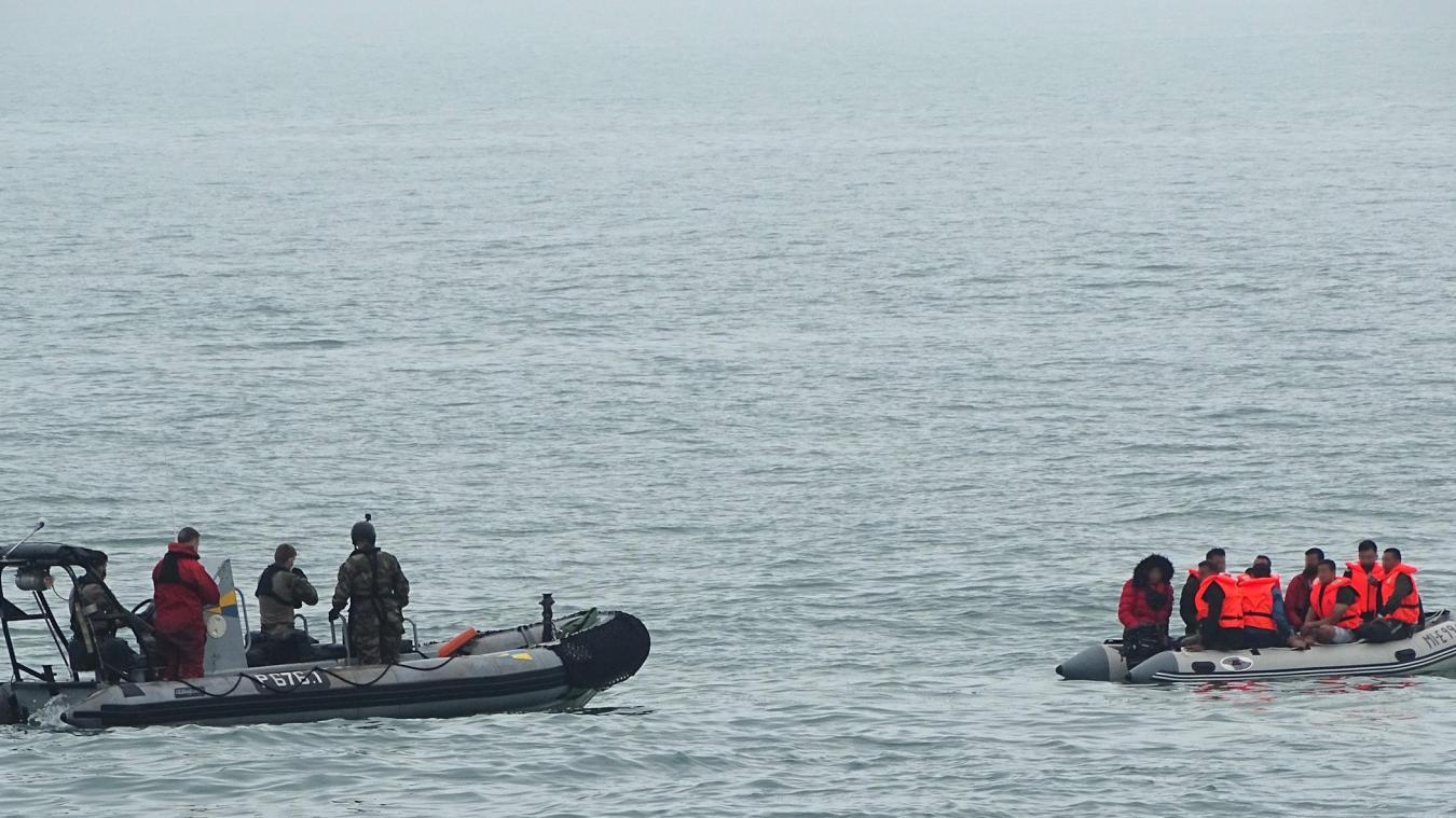 Alors qu'ils rejoignaient le port de Dunkerque après avoir récupéré 16 migrants, les secours ont porté assistance à neuf autres personnes. Photo PSP Pluvier/Marine nationale