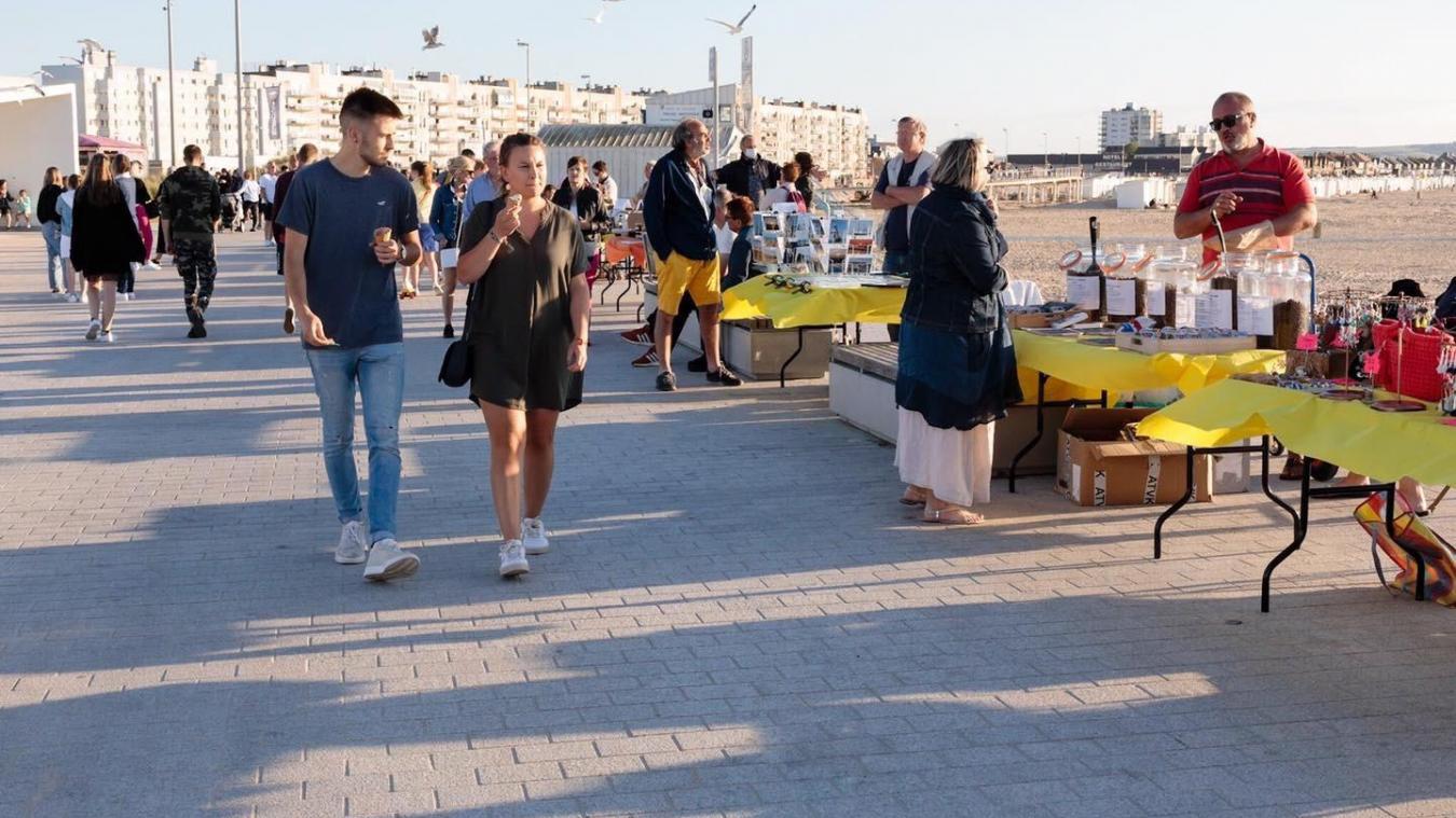 Le marché des artisans et producteurs locaux se tient à la plage, à partir de 17h.