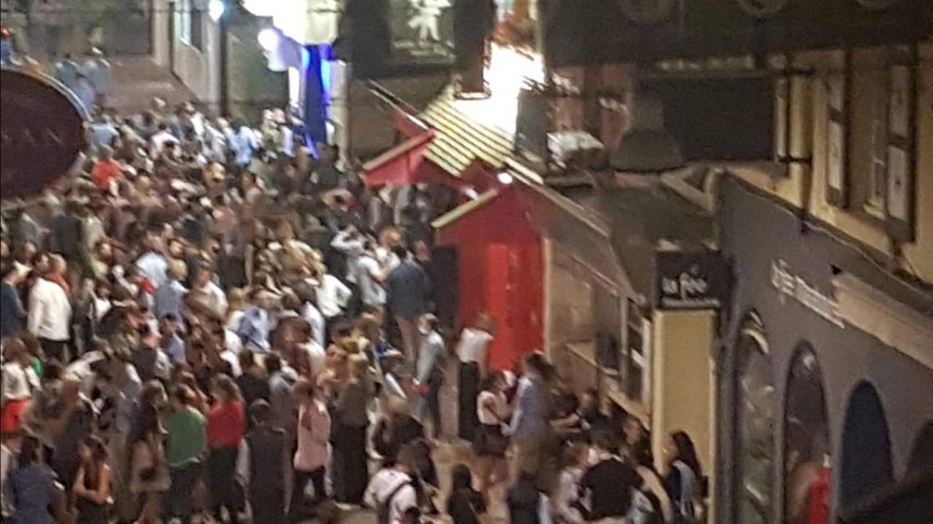 Malgré l'arrêté qui oblige le port du masque dans presque toute la ville, comme un certain relâchement rue Saint-Jean dans la nuit de vendredi à samedi...