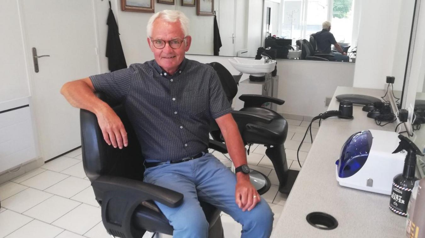 Louis Cirot dans son salon. Pour lui, la coiffure est un sacerdoce, et le respect du client continue de l'animer.