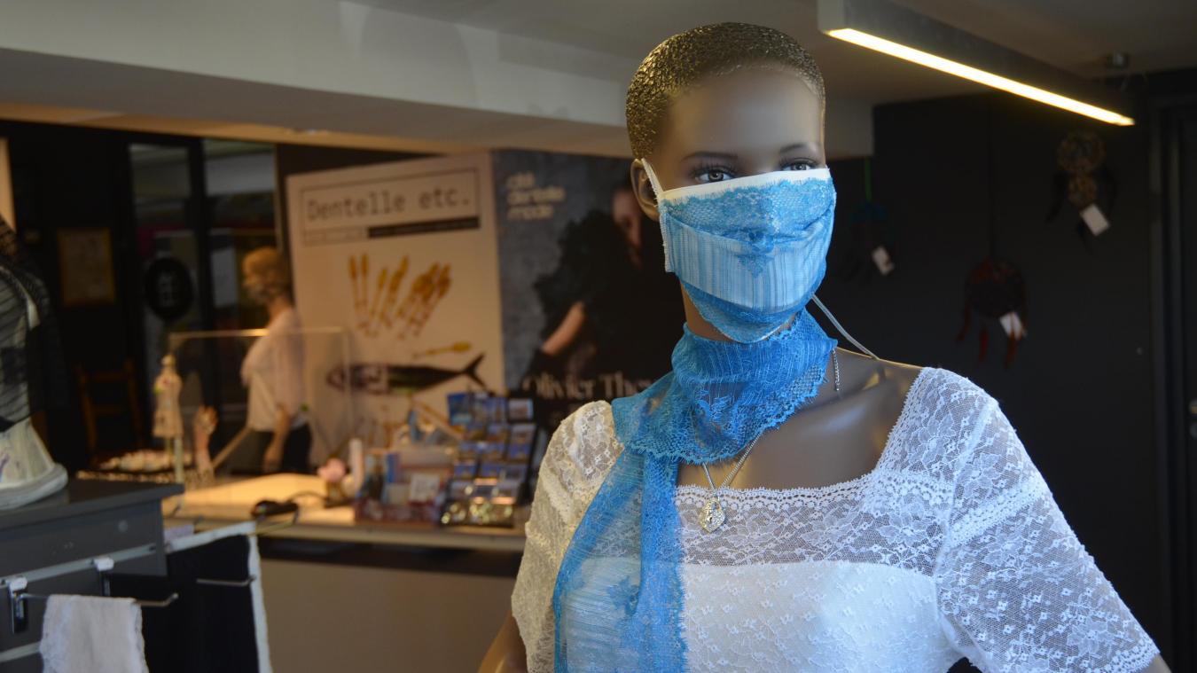 Ce masque en tissu lavable, avec son écharpe, est fait dans une dentelle haute couture fabriquée dans l'ancienne usine Desseilles.
