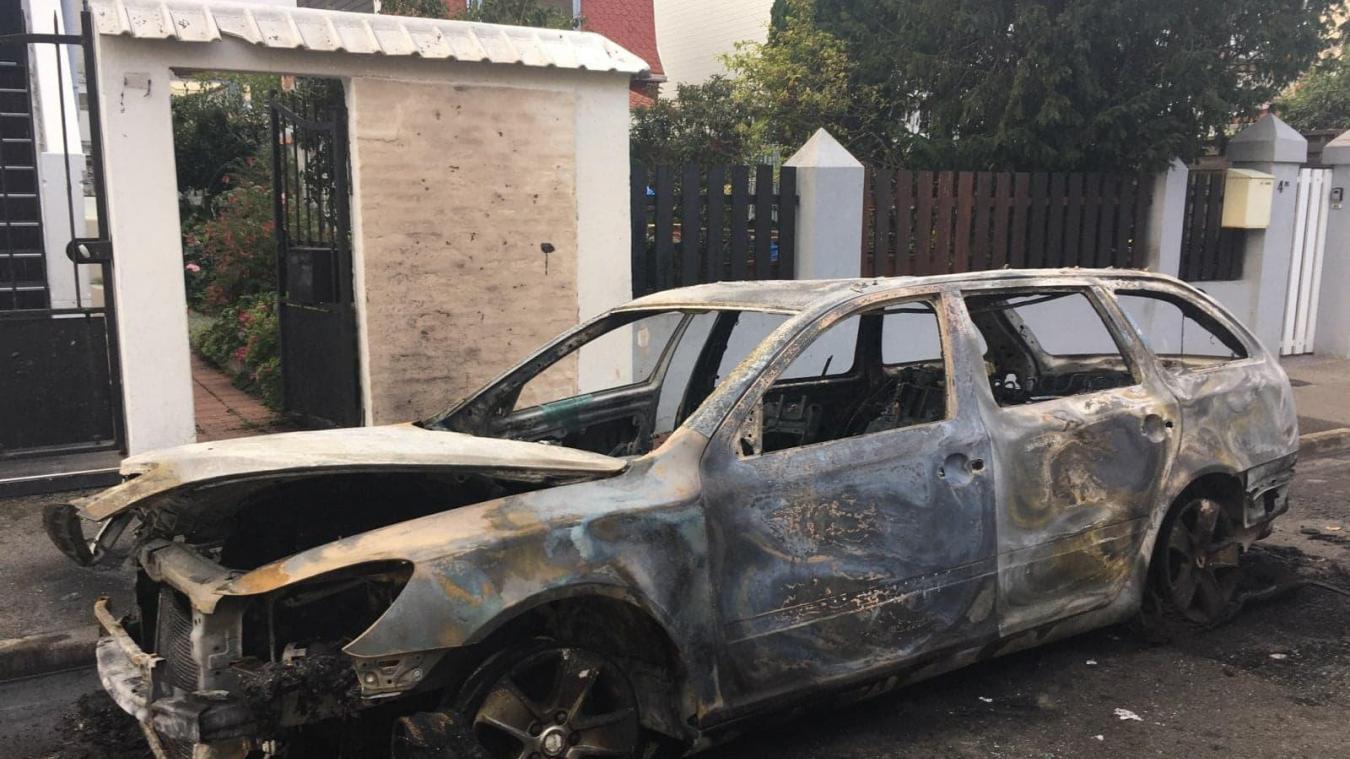 Les propriétaires ont assisté impuissants à la destruction de leur véhicule.