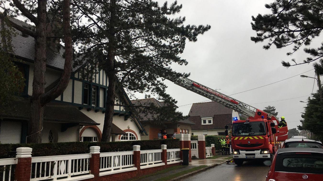 Les pompiers ont déployé la grande échelle afin de vérifier les conduits de la cheminée.