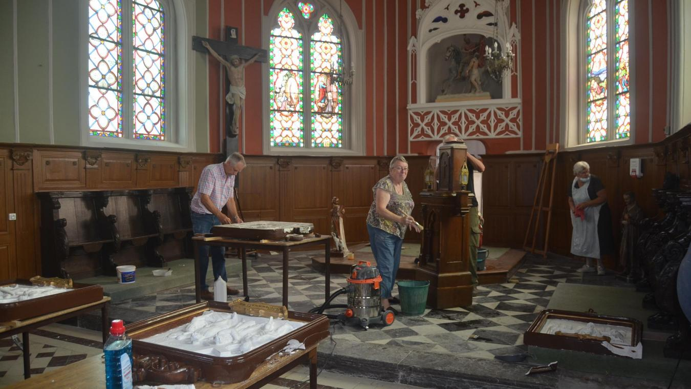 Mardi 18 août, une douzaine de personnes s'activaient pour nettoyer l'intérieur de l'église.