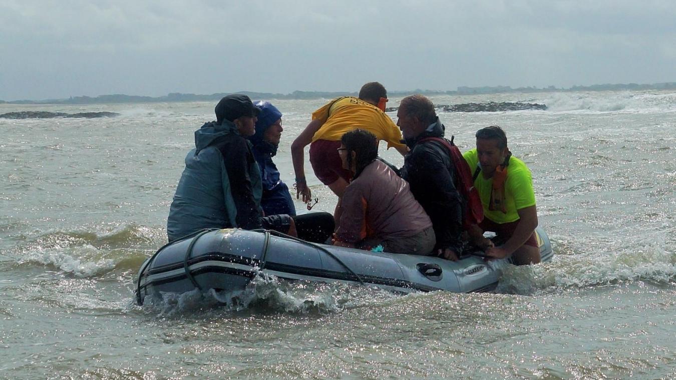 Le Zodiac à l'arrivée sur la plage avec les quatre naufragés.