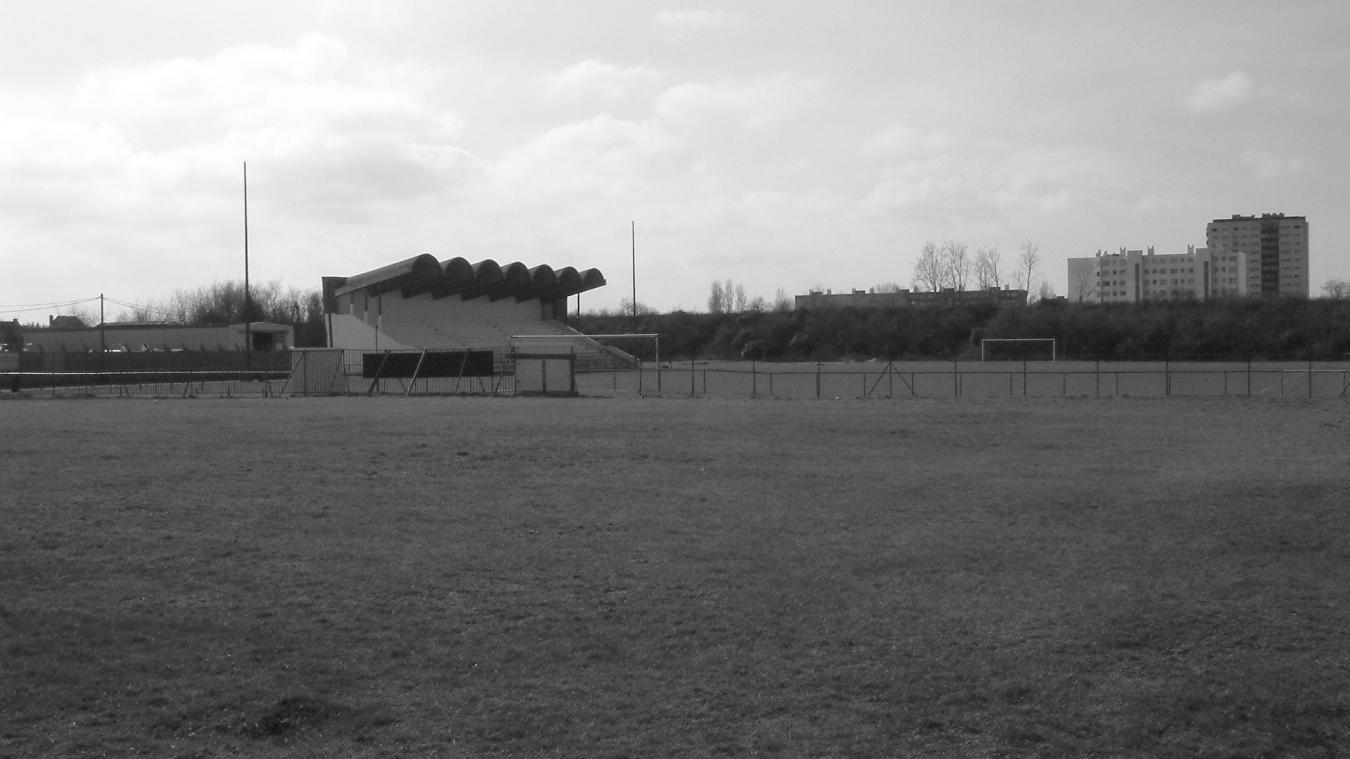 La tribune de l'ancien champ de courses du Beau-Marais, le 13 mars 2003, peu avant sa démolition.