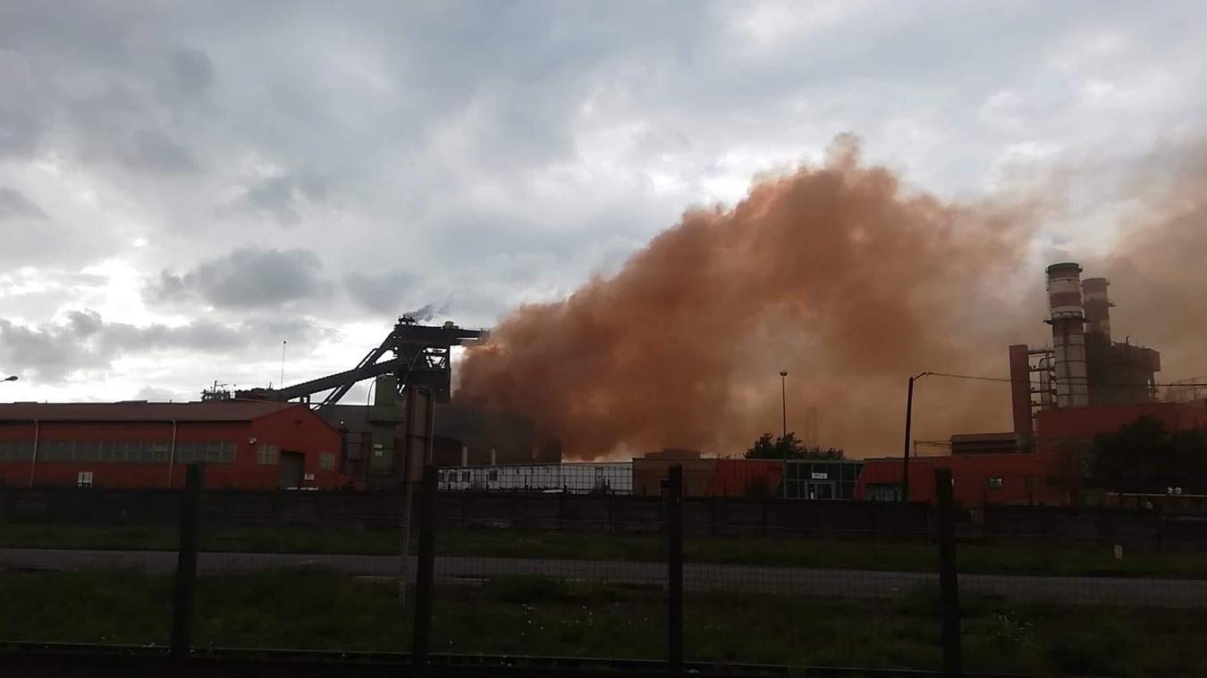 Un important nuage de fumée a surplombé l'usine d'ArcelorMittal.