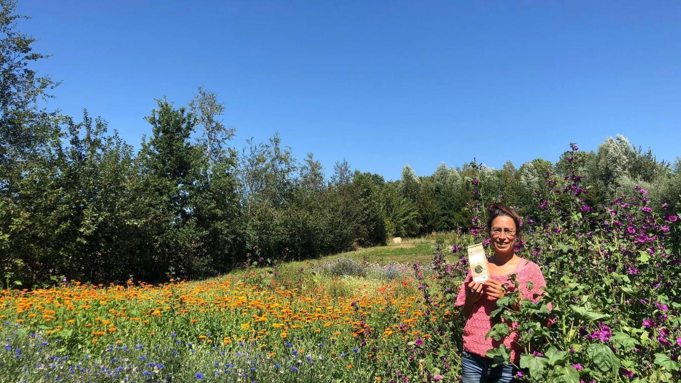 Louise Belpalme, créatrice de la société Rosalys, au cœur du terrain où elle cultive une trentaine de plantes.