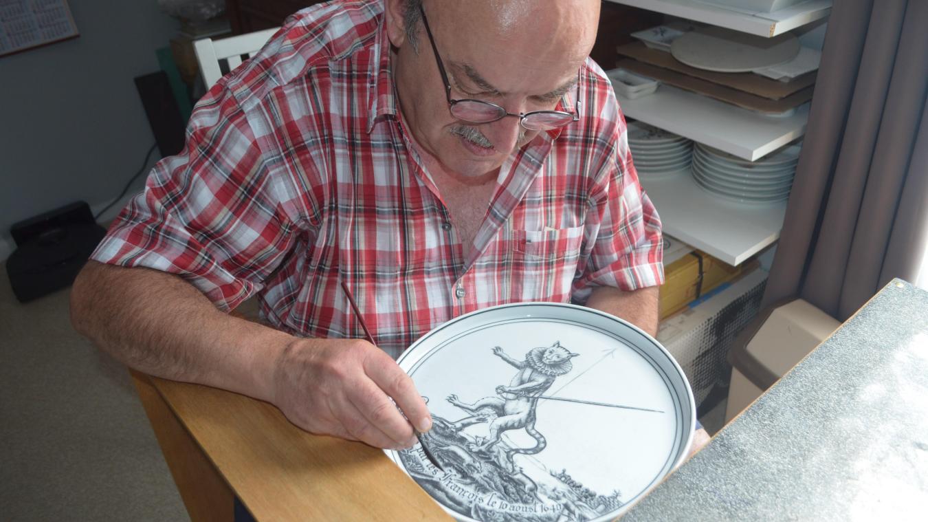 Victor Sousa décore de la porcelaine depuis ses 14 ans.