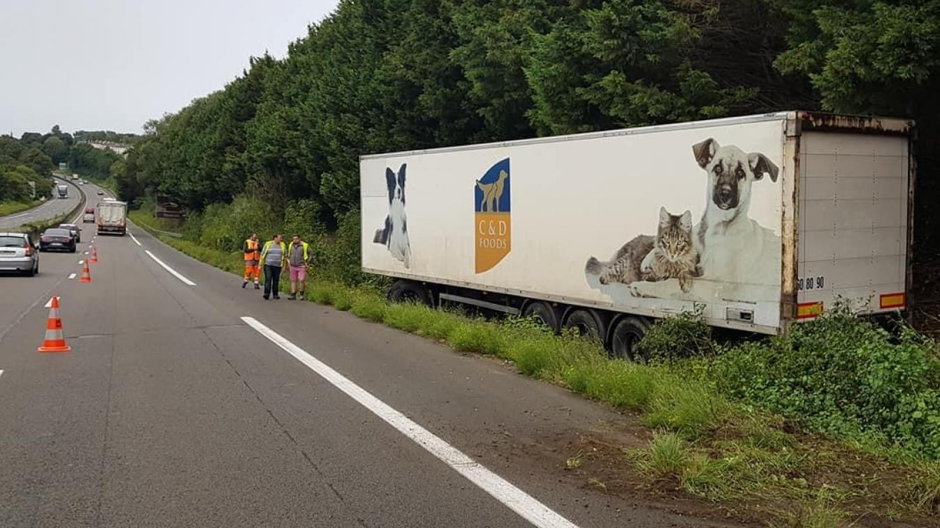 Le camion s'est retrouvé sur le bas côté sur l'A16.