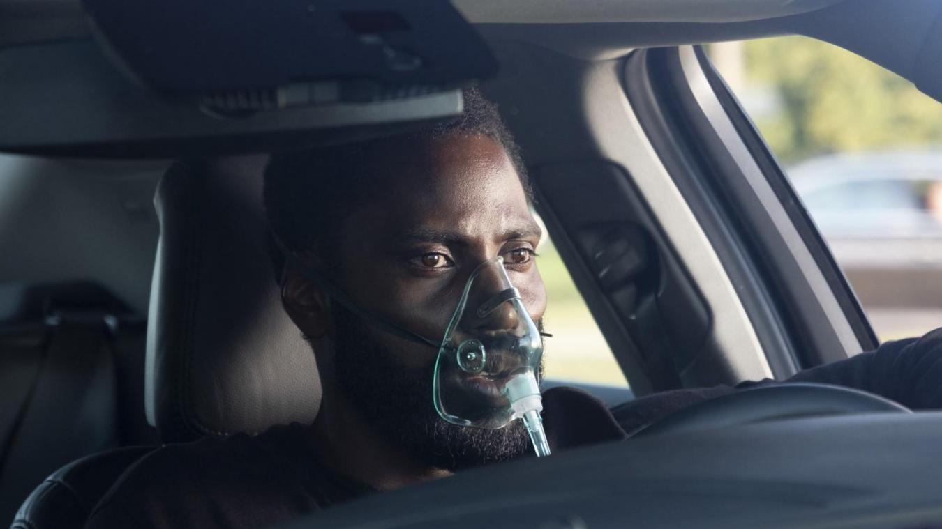 Comme le personnage central du film, incarné par John David Washington, n'oubliez pas votre masque...