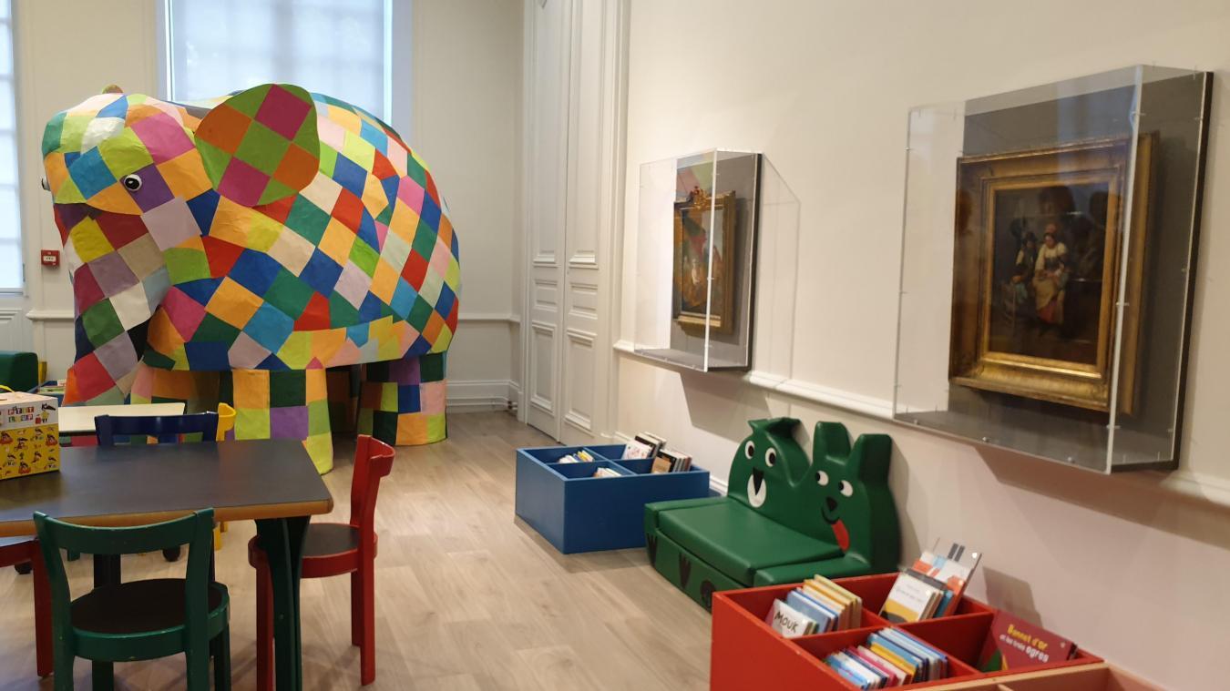Dans la salle des touts-petits, un éléphant en papier mâché côtoie des œuvres de l'époque moderne. Surprenant.