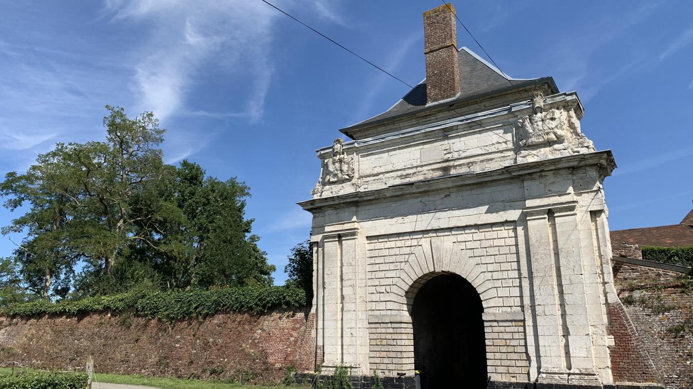 Les spectateurs devront passer sous cet imposant porche pour accéder au site du festival.