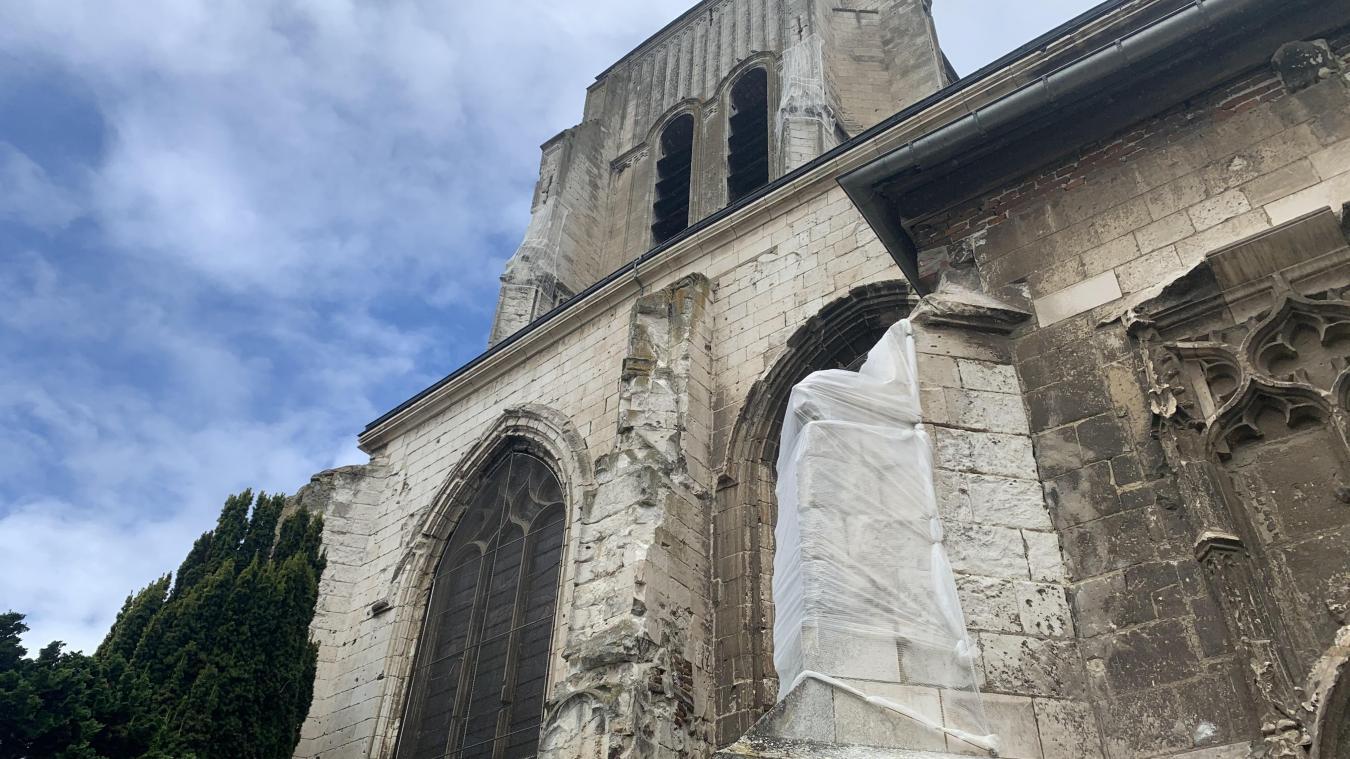 Plusieurs filets de protection ont été installés autour des parties les plus abîmées de l'église.