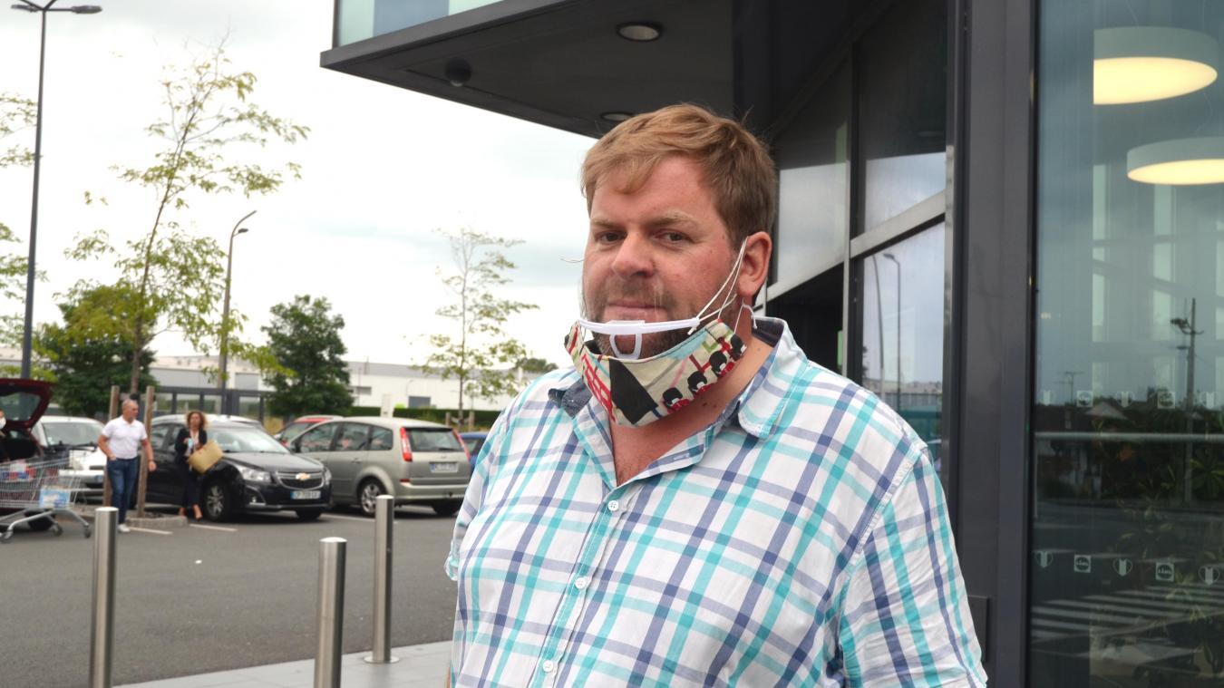 Si Franck porte tout de même un masque (trop grand) pour ne pas être verbalisé, il préfère porter une visière de bouche.