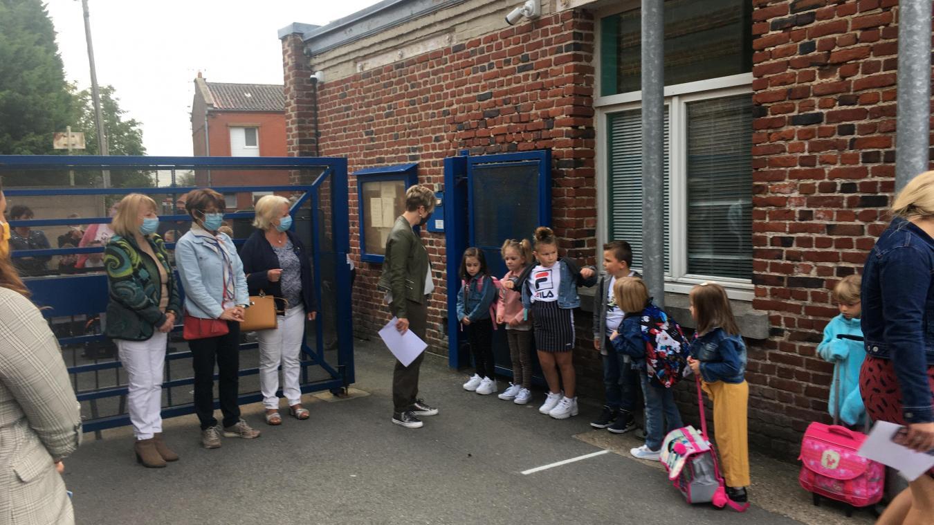 Les élèves ont attendu leur tour pour rentrer en classe.