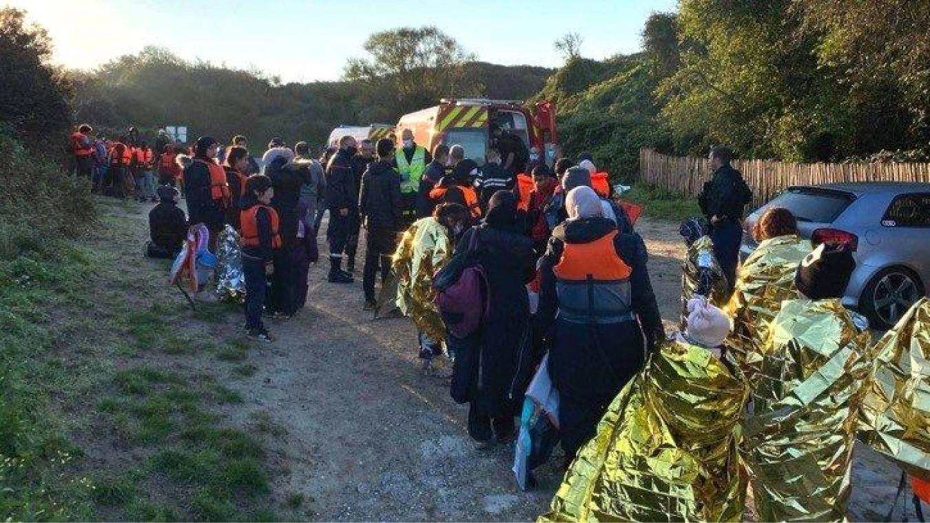 Soixante-trois migrants ont été secourus sur la plage d'Ambleteuse, leur embarcation a chaviré.