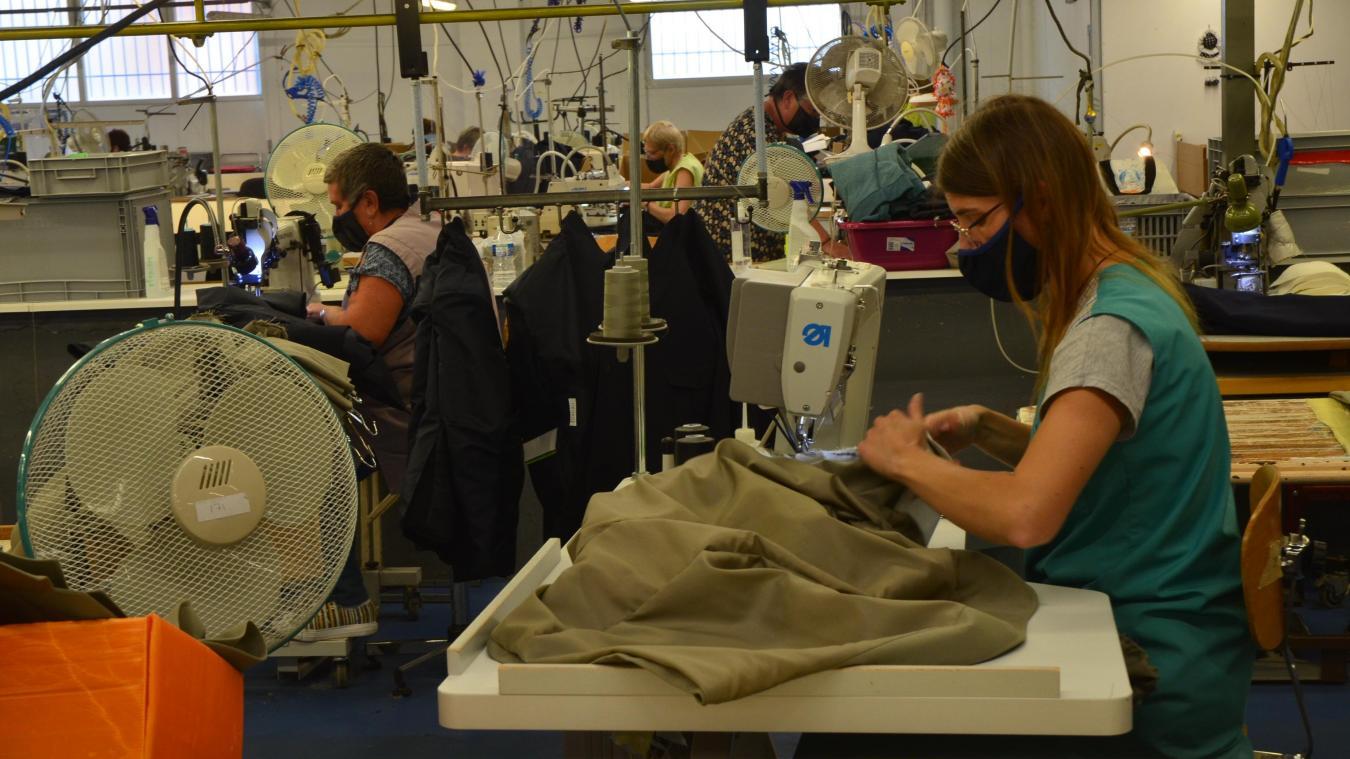 Les 70 couturières fabriquent des uniformes sur mesure pour l'armée de l'air, l'armée de terre et la marine.