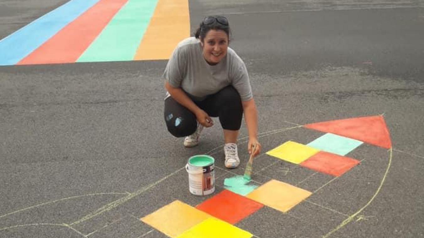 Les parents d'élèves ont donné de leur temps et de leur énergie pour remettre en peinture la cour.