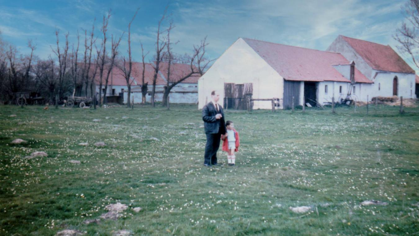 Des membres de la famille de Gilbert Dubreucq, devant la ferme de ses parents au Beau-Marais. A gauche de la photographie, on distingue un petit bois qui est l'actuel bois Chico Mendès.