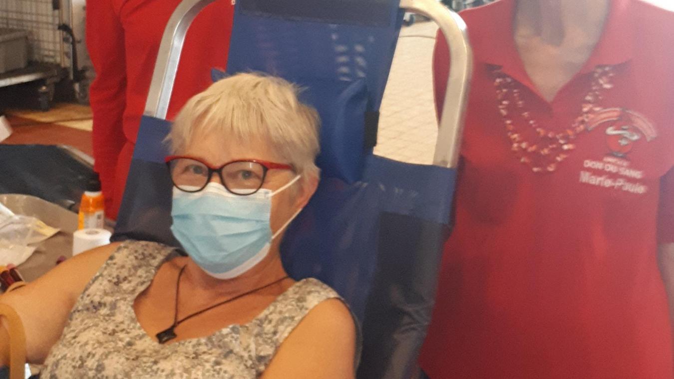 Monique Dequidt a réalisé son dernier don lors de la collecte du mois d'août à Espace Flandre. Elle a reçu deux diplômes de l'EFS pour les dons qu'elle a effectués.