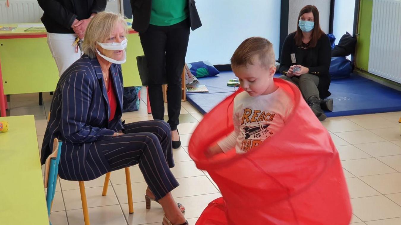Sophie Cluzel avec un élève de la classe de l'école Jules-Verne.