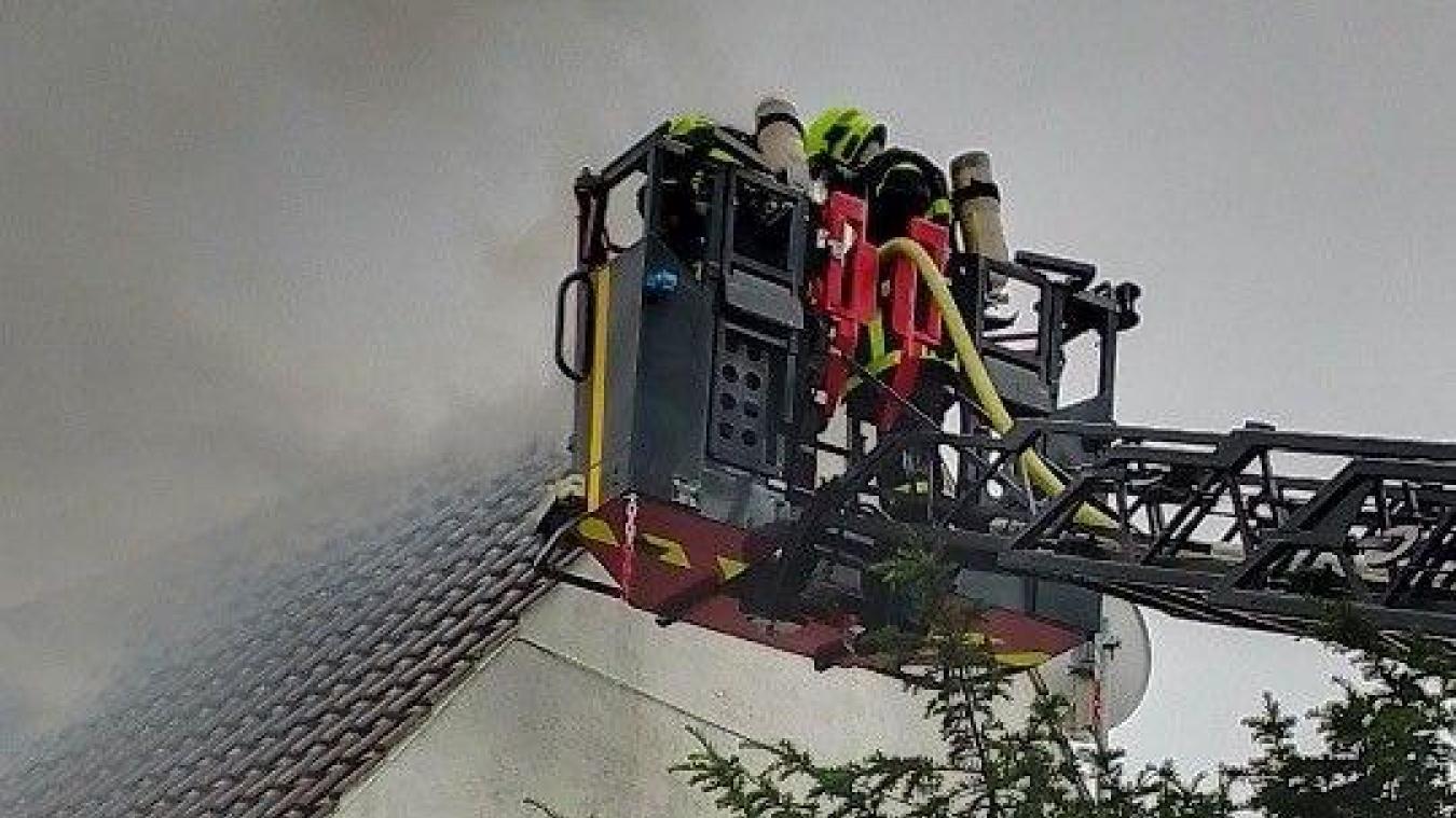 La grande échelle fut nécessaire pour éteindre le feu de toiture.