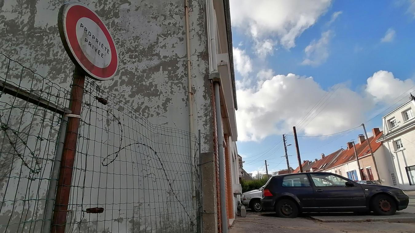 Devant un ancien garage, des voitures stationnées depuis plusieurs années semblent déranger le voisinage.