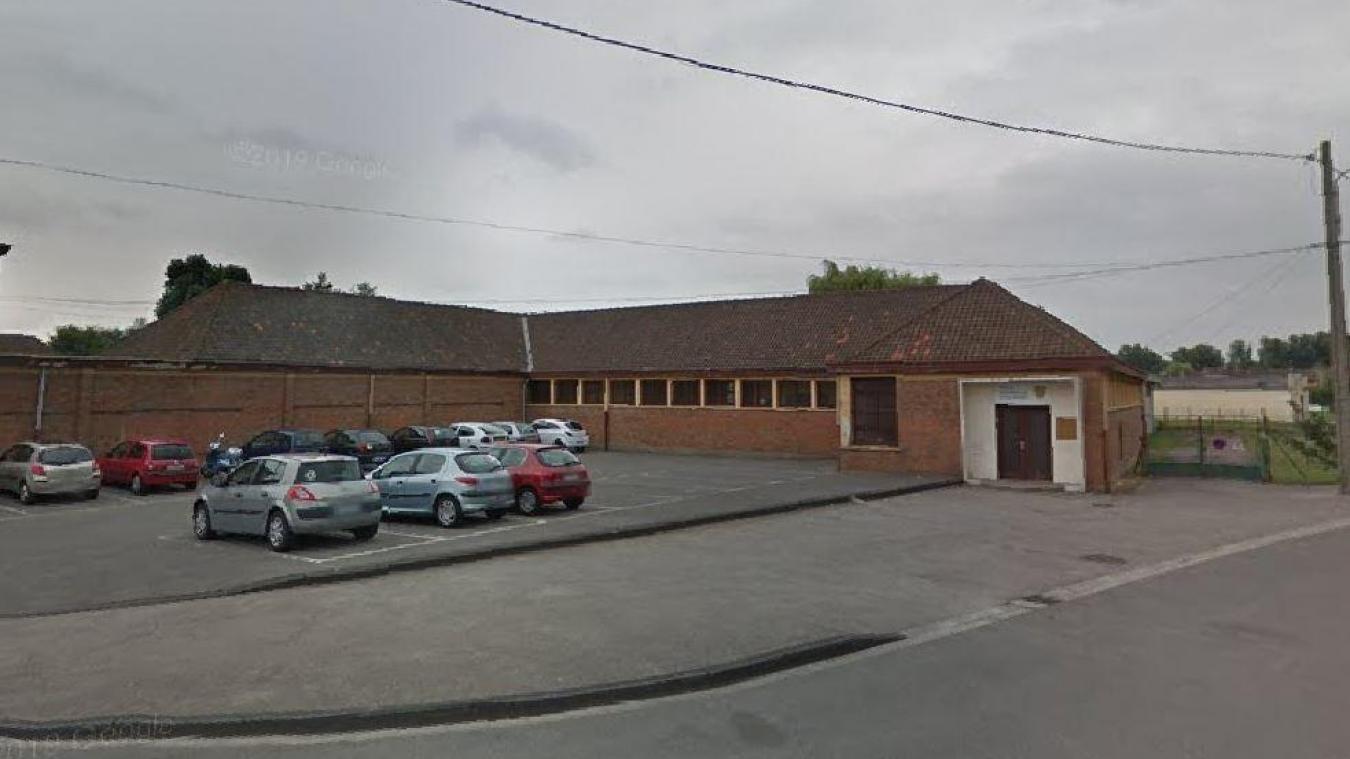 Quatre classes ont été fermées à l'école Jean-Jaurès de Cappelle-la-Grande. 18 autres enfants, agents et enseignants sont également considérés comme « cas contact ».