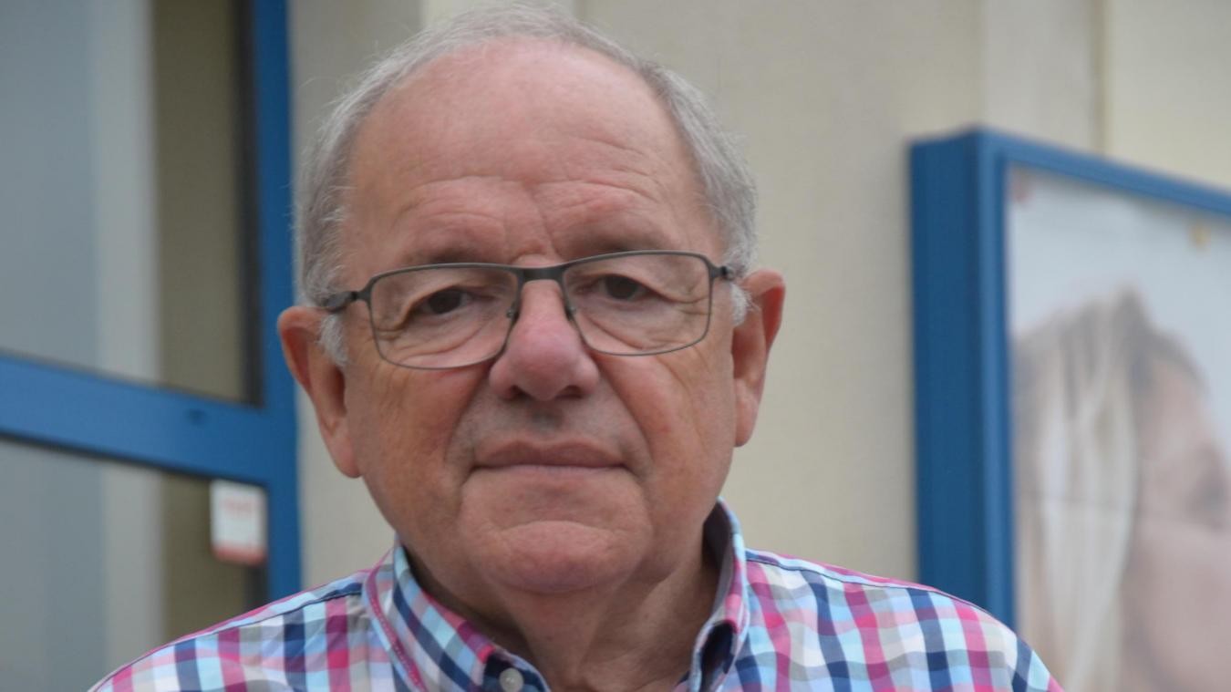 Étienne Alloyez, président de l'Office culturel d'Aire-sur-la-Lys, avec la plaquette d'invitation à la découverte : la saison 2020-2021.