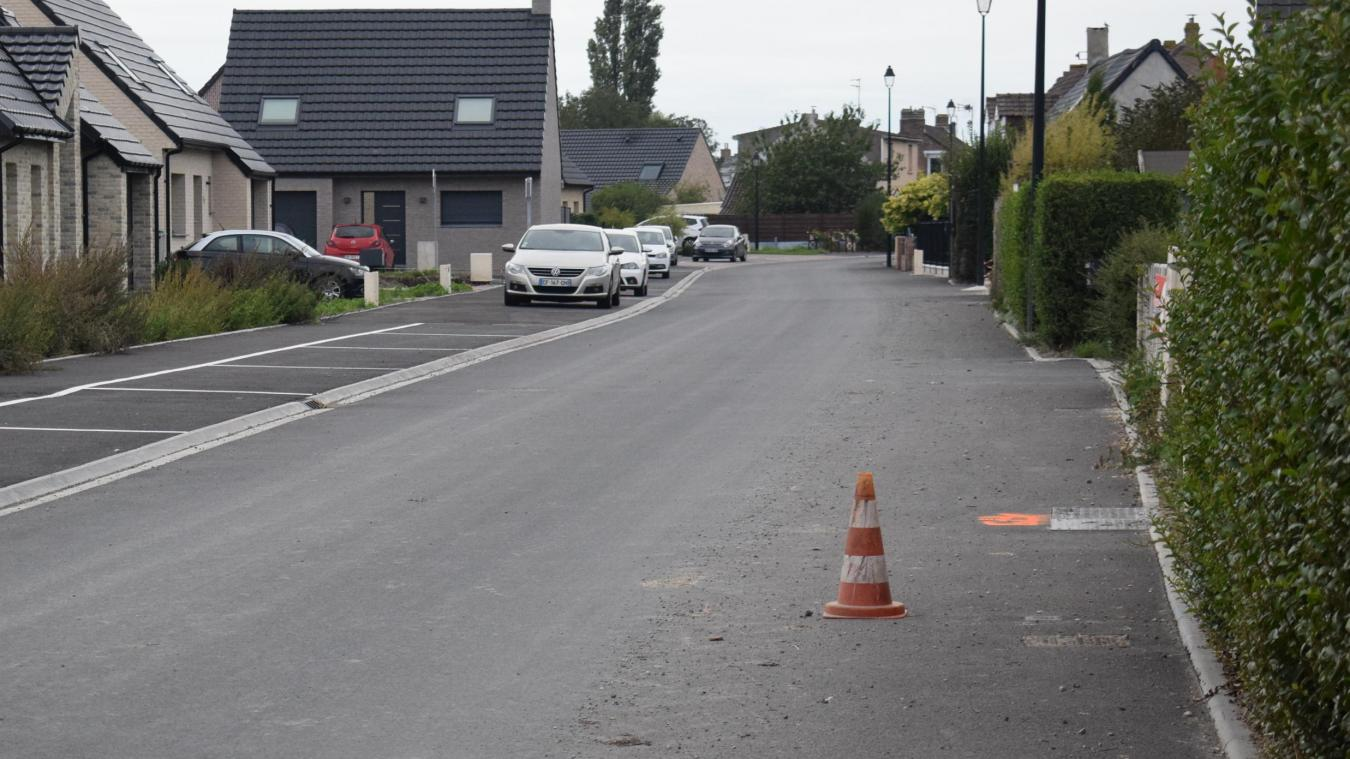 Le plot, dont la présence a été autorisée par la Communauté de communes des Hauts de Flandre, permet aux voitures de ne pas frôler l'entrée de la propriété.
