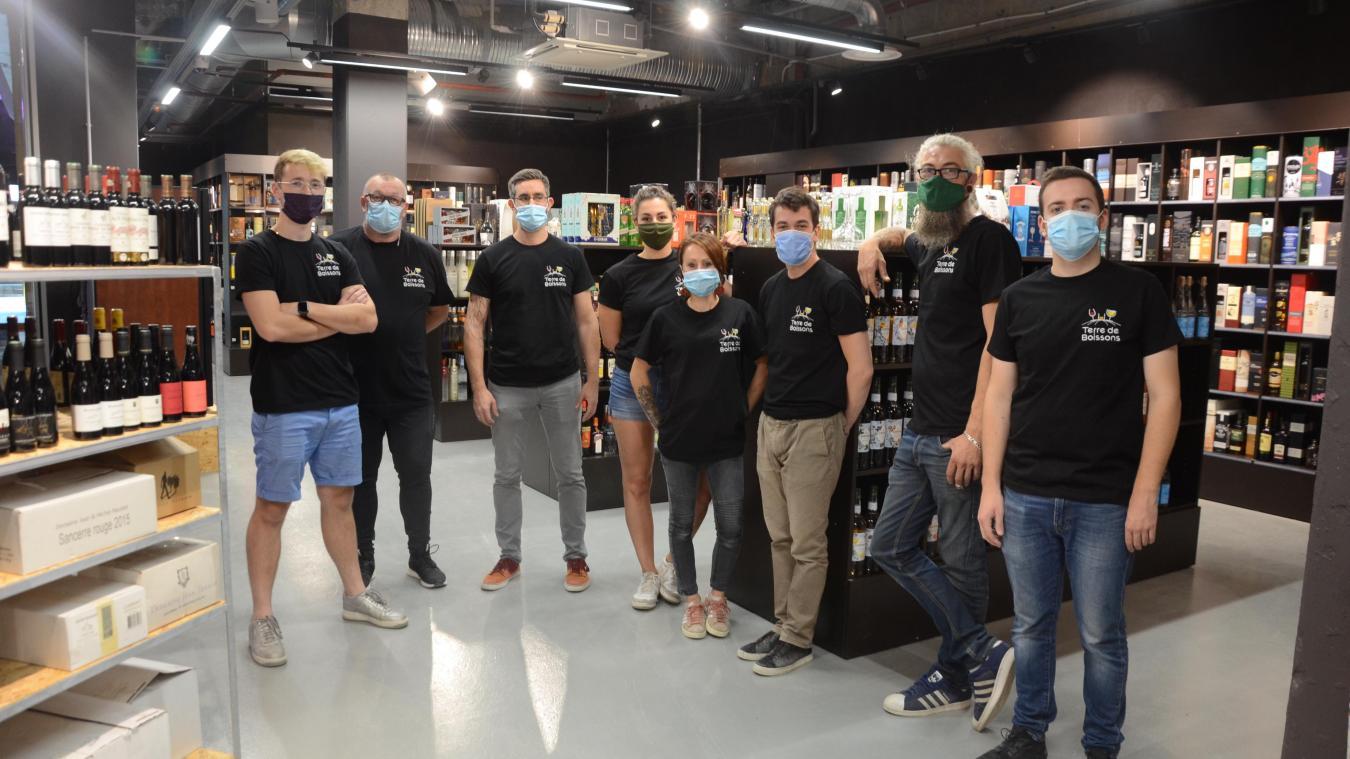 L'équipe de Terre de boissons poursuit le déménagement de la boutique.
