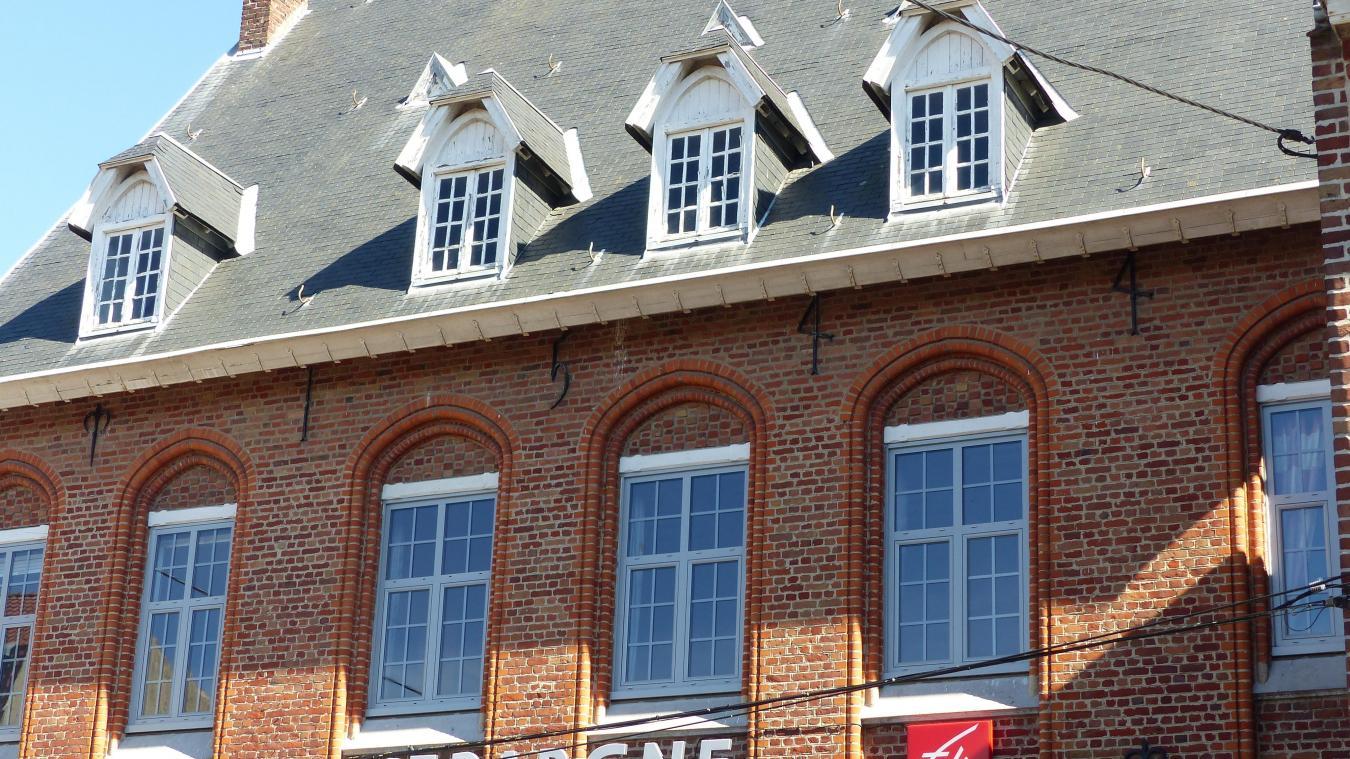 Sous la toiture, les fers d'ancrage forment la date 1544, rappelant la plus ancienne maison de la ville.