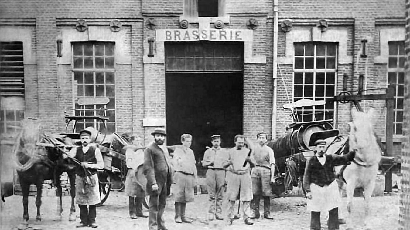 A gauche : La brasserie Lornier dans les années 1895-1900. Le fondateur, Victor Lornier, pose à gauche, barbe et vêtements noirs. A droite : La même entrée de la brasserie de nos jours, avec Anne-Marie Lornier et son époux Alexandre.